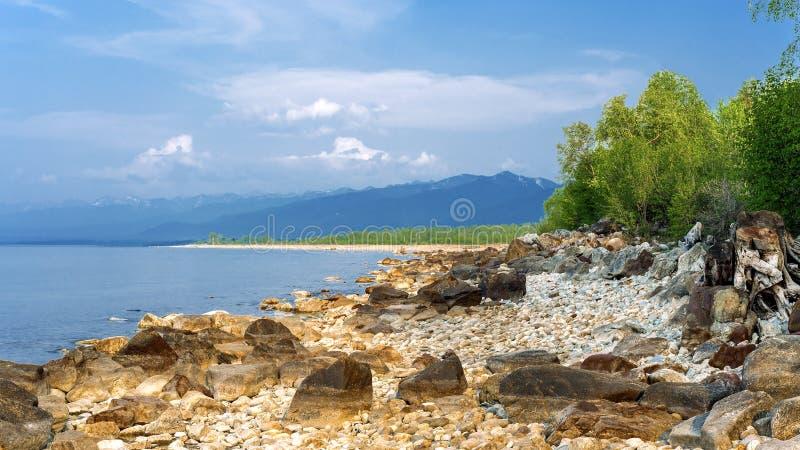 De kust van meerbaikal en bergen van khamar-Daban stock fotografie