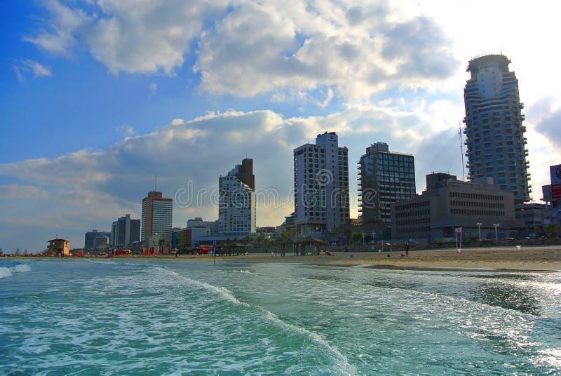 De kust van de Middellandse Zee met een mening van Tel Aviv israël royalty-vrije stock foto's