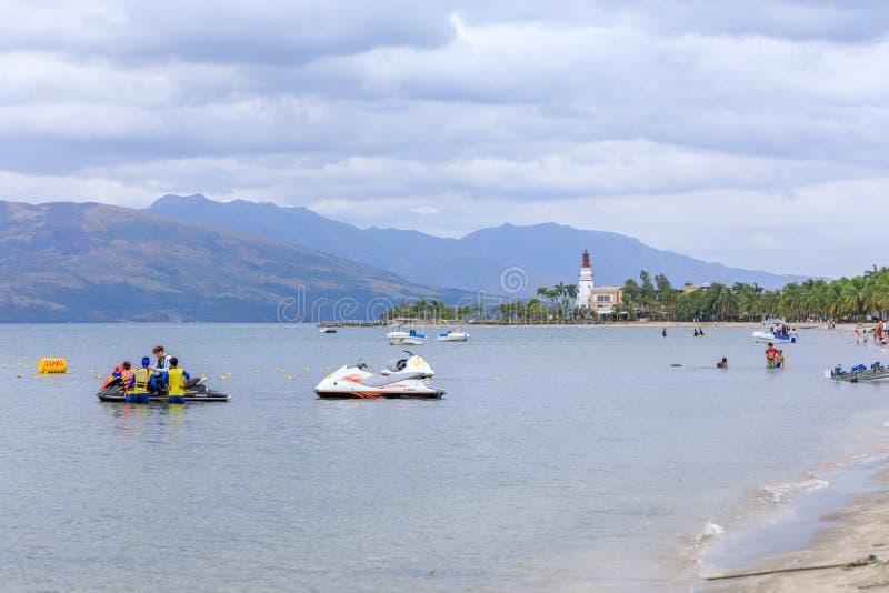 De kust van de Subicbaai met mensen die straalski in Subic, Zambales joying stock afbeeldingen
