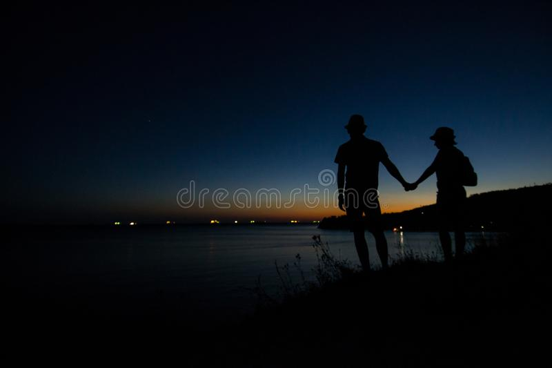 De kust van de Zwarte Zee in de stralen van de uitgaande zon unset royalty-vrije stock fotografie