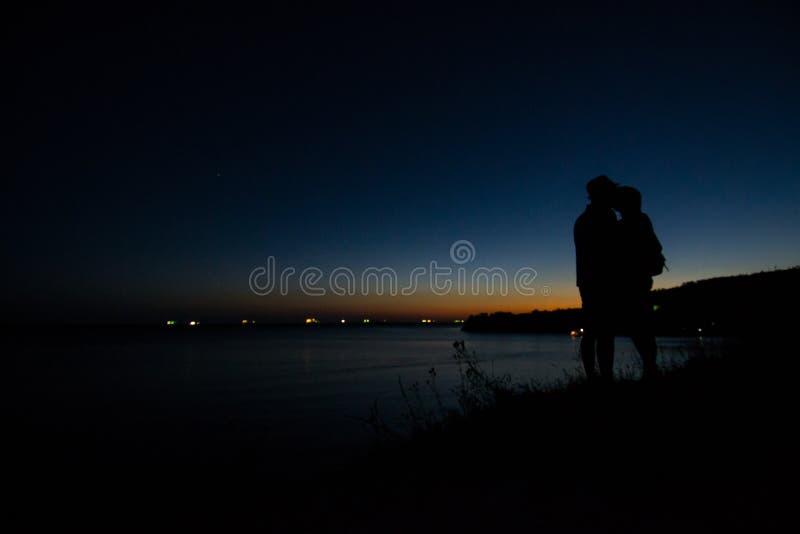 De kust van de Zwarte Zee in de stralen van de uitgaande zon unset royalty-vrije stock foto