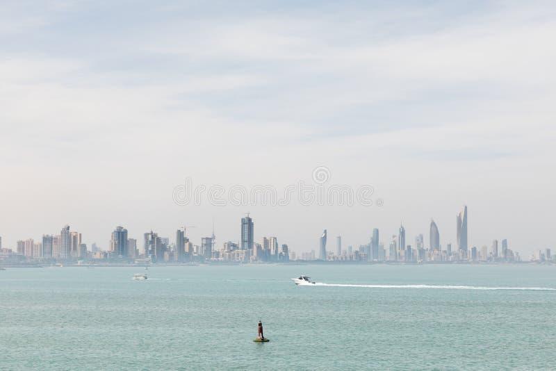 De kustlijn en de horizon van Koeweit ` s stock foto