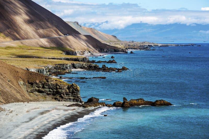 De kustlijn in Oostelijk IJsland zoals die van Illiskuti wordt bekeken richt Fauskasandur-op strand en Styrmisnes-punt De helling royalty-vrije stock fotografie