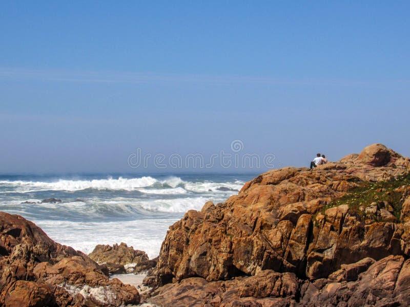 De kustlijn rotsachtig landschap van de Atlantische Oceaan in Portugal royalty-vrije stock foto