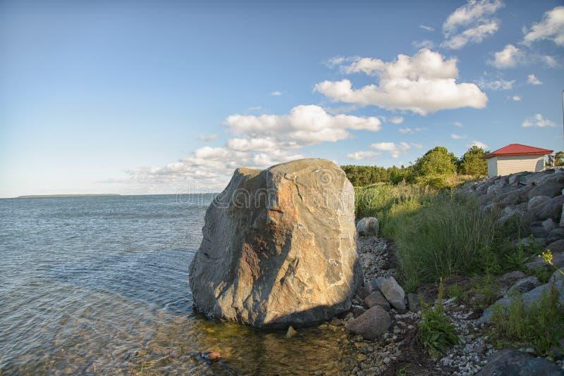 De kustlijn van de Hiiumaa Oostzee in zomer stock fotografie
