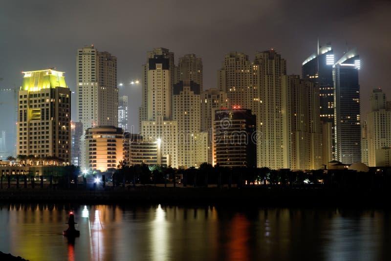 De Kustlijn van Doubai bij Nacht stock afbeeldingen