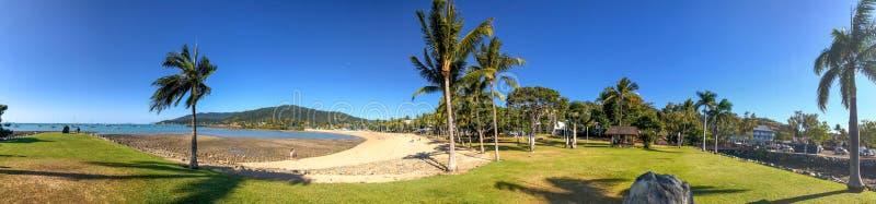 De kustlijn van het Airliestrand, panorama op een zonnige de winterdag stock foto