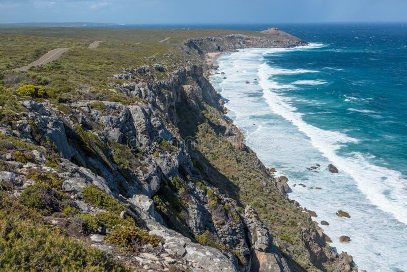 De kustlijn van het kangoeroeeiland met Opmerkelijke Rotsen in afstand, Zuid-Australië stock foto