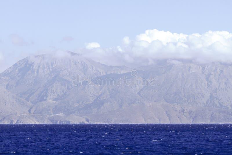 De kustlijn van Kreta Diepe blauwe kleur van Middellandse Zee, bergen in afstand royalty-vrije stock foto