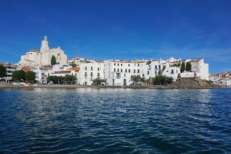 De kustlijnhuizen en kerk Spanje van het Cadaquesdorp royalty-vrije stock foto's