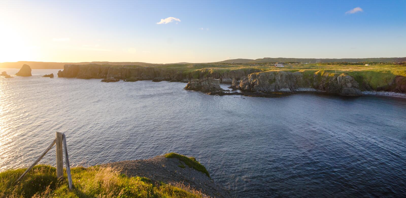 De kustlijnklippen van kaapbonavista, dichtbij Elistion in Newfoundland, Canada Zonsopgang langs de oostkust in de zomer stock afbeeldingen