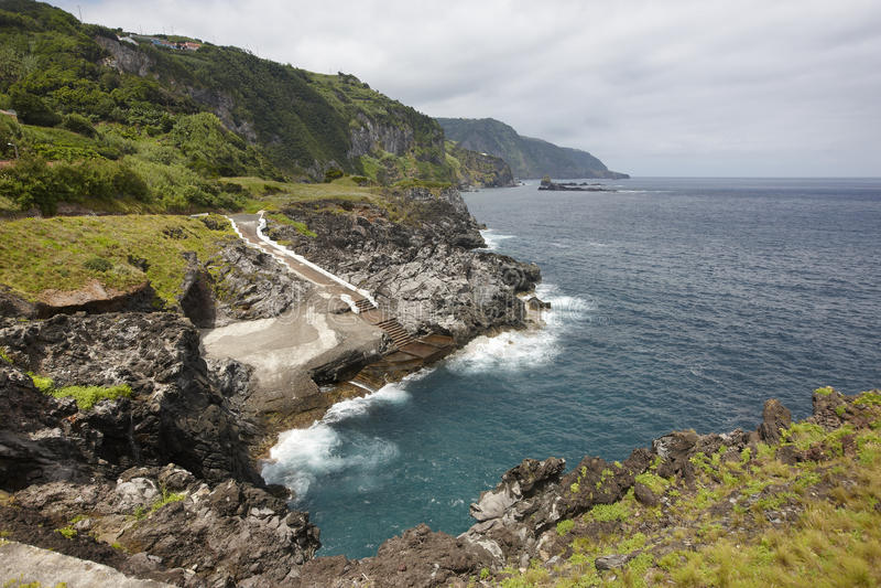 De kustlijnlandschap van de Azoren met natuurlijke pool in Flores-eiland P royalty-vrije stock fotografie