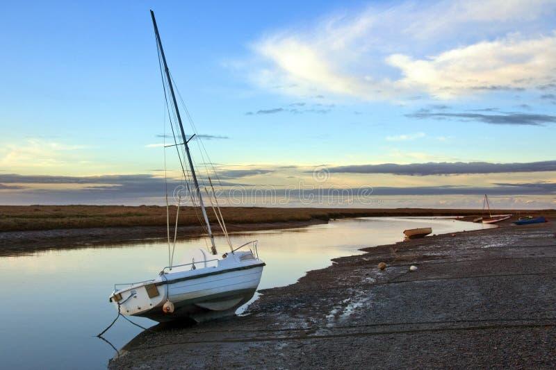 De kustmoerassen van Norfolk bij schemer - Engeland   royalty-vrije stock afbeelding