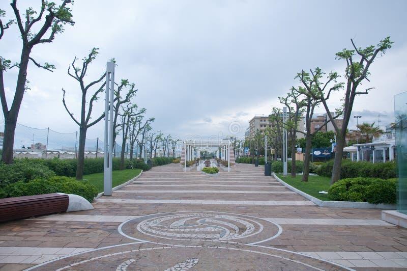 De kustpromenade met zijn stoelen op een regenachtige dag royalty-vrije stock foto's