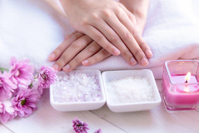 De kuuroordbehandeling en het product voor vrouwelijke voeten en manicure nails spa met kaarslicht en de roze bloem voor ontspann royalty-vrije stock afbeeldingen