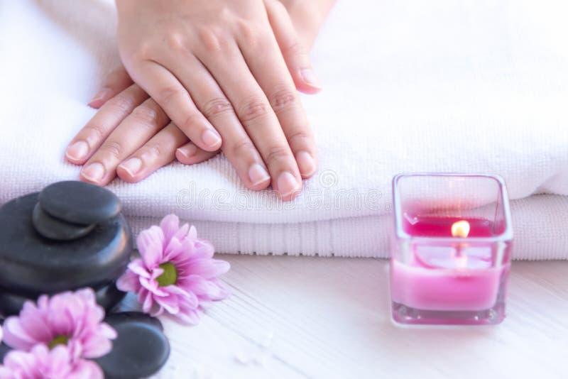 De kuuroordbehandeling en het product voor vrouwelijke voeten en manicure nails spa met kaarslicht en de roze bloem voor ontspann stock afbeeldingen