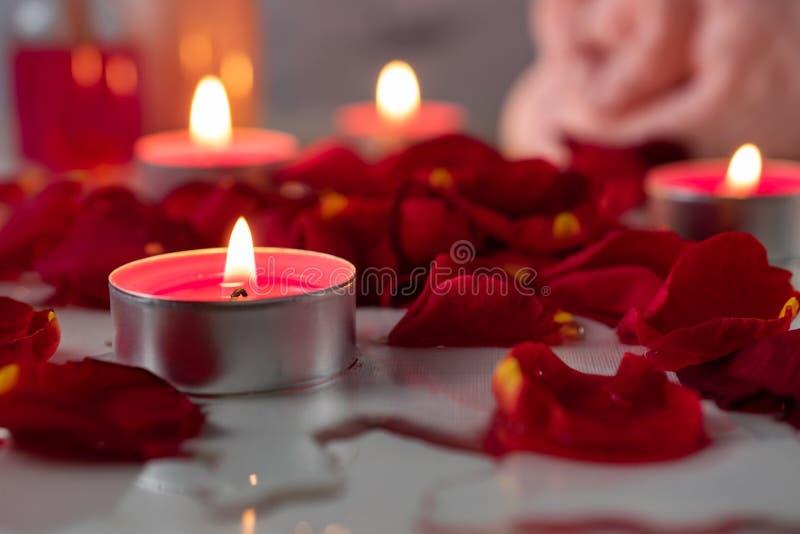 De kuuroordbehandeling met bemerkte olie, zout, kaarsen wordt geplaatst, nam bloemblaadjes en bloemen die toe royalty-vrije stock afbeeldingen