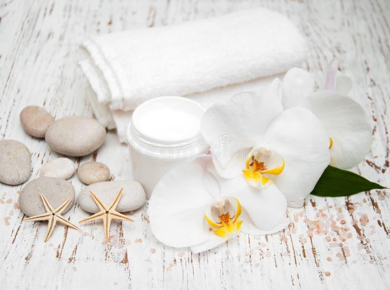 De kuuroordhoofdzaak roomt witte handdoeken en orchideeën af royalty-vrije stock afbeeldingen