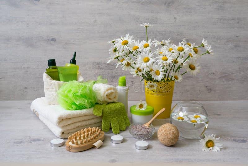 De kuuroordsamenstelling met madeliefje bloeit: schoonheidsmiddel en badproducten, stock fotografie