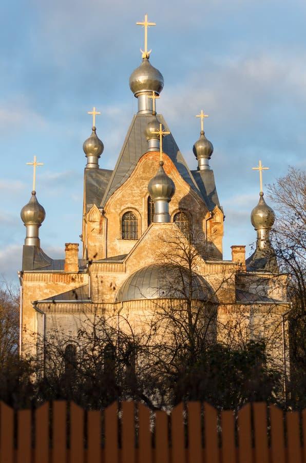 De kyrkliga tornen i varmt ljus fotografering för bildbyråer