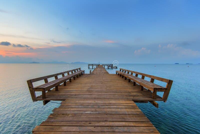 De långa strandpromenaderna till havet arkivbilder