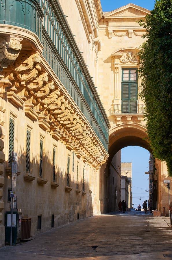 De långa träbalkongerna på grandmaster'sens slott, Valletta, fotografering för bildbyråer