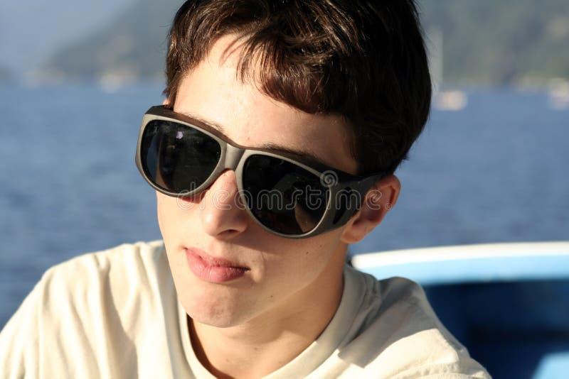 De l'adolescence avec de grandes lunettes de soleil image libre de droits