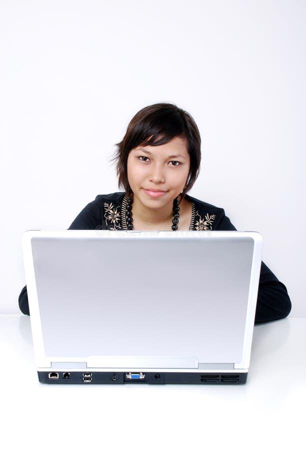 De l'adolescence avec l'ordinateur portatif photographie stock libre de droits
