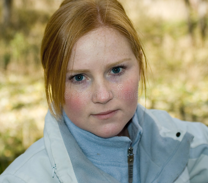 De l'adolescence avec les joues attrayantes images libres de droits