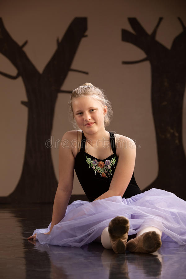 De l'adolescence dans la robe de ballet photographie stock libre de droits