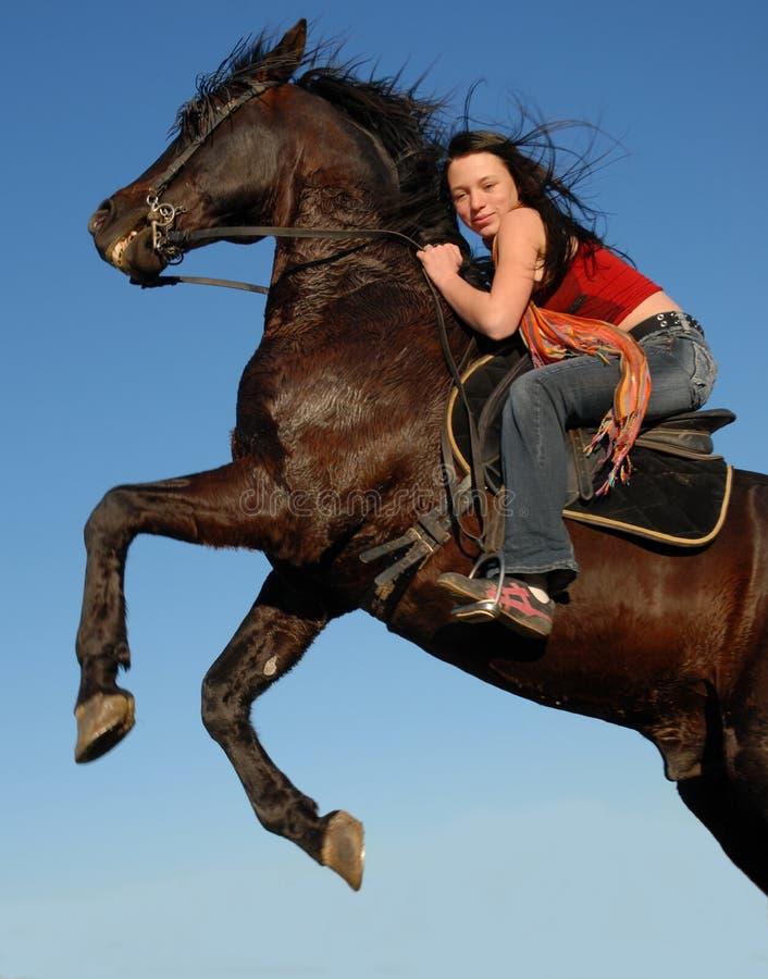 De l'adolescence et cheval images stock