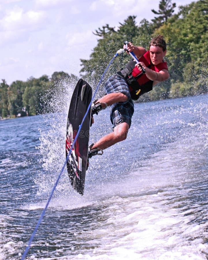 De l'adolescence sur le wakeboard photo libre de droits
