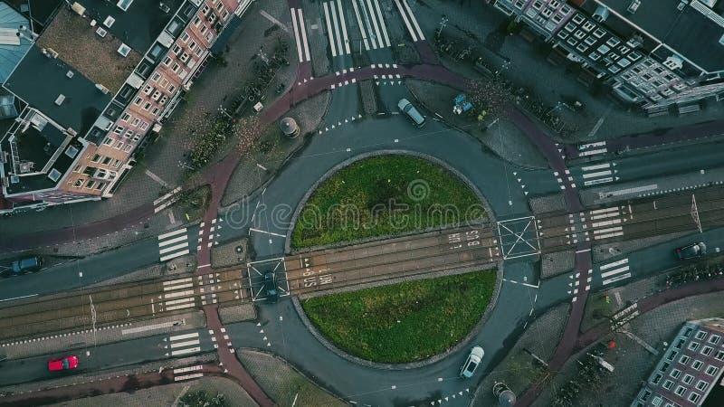 De la antena del top opinión abajo del tráfico del cruce giratorio en Amsterdam, Países Bajos imágenes de archivo libres de regalías