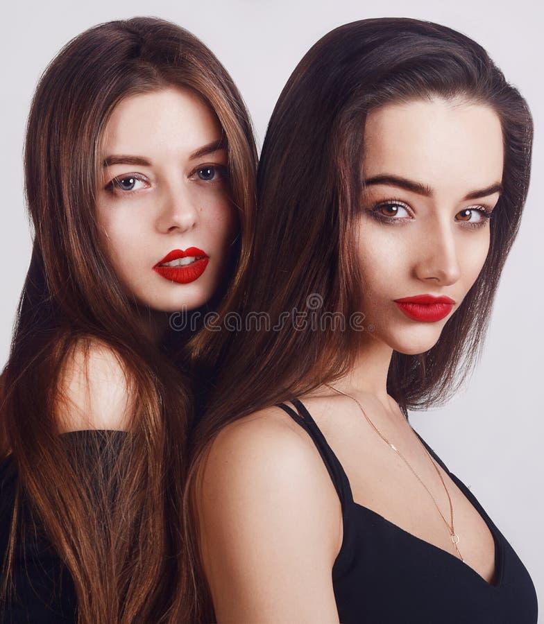 De la belleza retrato de la cara de la mujer también En cámara de mirada femenina morena Concepto de la juventud y del maquillaje fotos de archivo libres de regalías