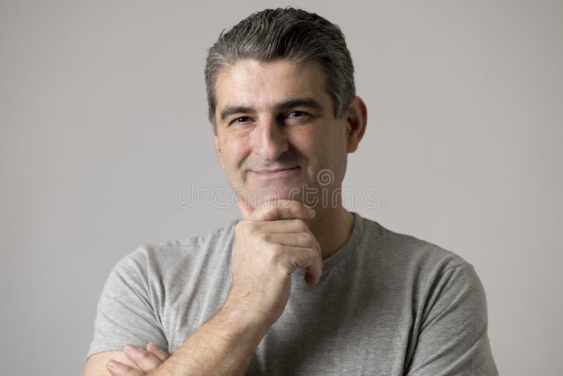 De la demostración feliz sonriente del hombre 40 a 50 años blancos agradable y expresión positiva de la cara aislada en fondo gri fotos de archivo