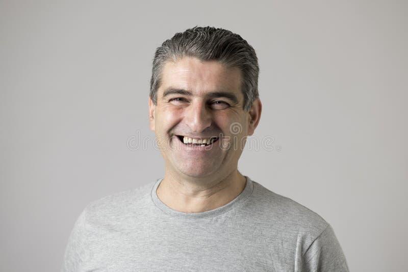 De la demostración feliz sonriente del hombre 40 a 50 años blancos agradable y expresión positiva de la cara aislada en fondo gri imagen de archivo libre de regalías