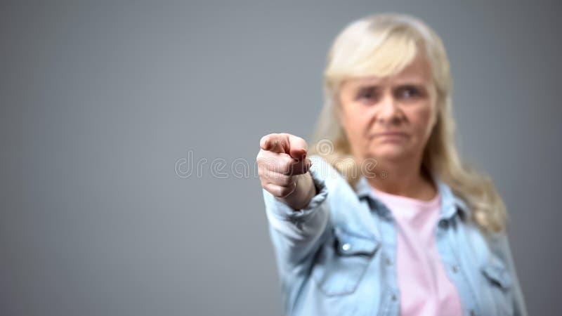 De la demostración gesto femenino mayor infeliz lejos a la cámara, descontentada con la política imágenes de archivo libres de regalías