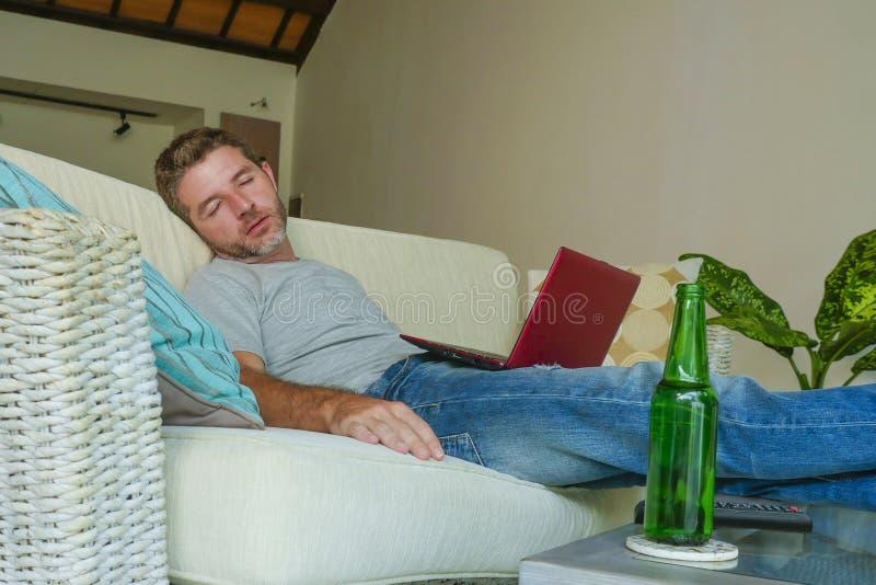 De la forma de vida retrato dentro del hombre cansado y agotado atractivo joven que duerme en casa el caer del sofá del sofá dorm fotos de archivo