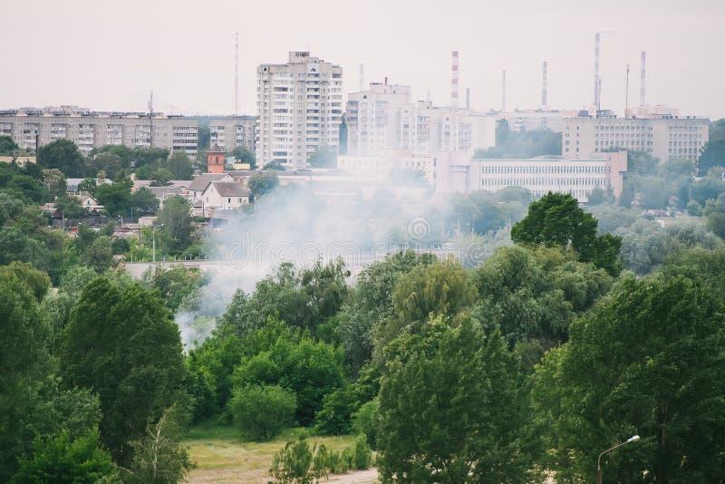 De la fumée du feu est vue en raison des arbres Gomel, Belarus image stock