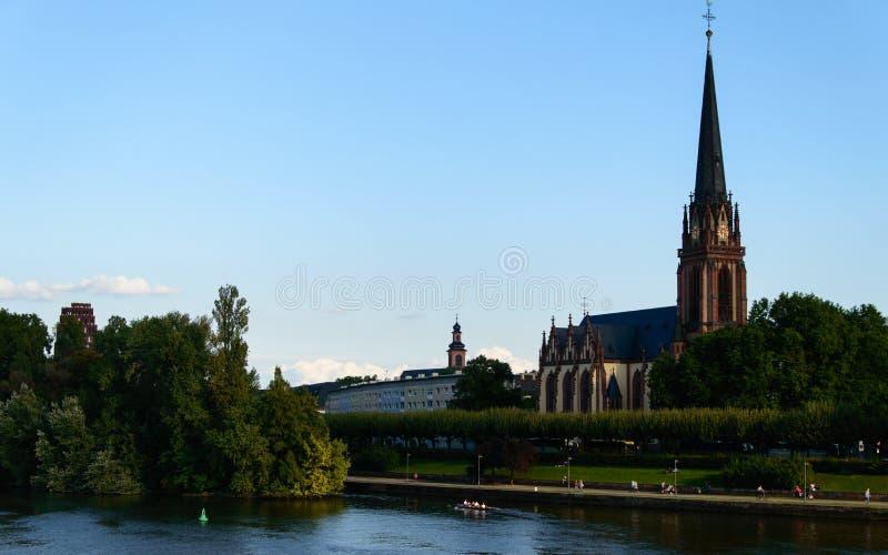 De la iglesia un río principal encima en Francfort, Alemania imágenes de archivo libres de regalías
