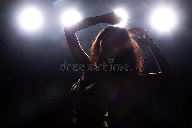De la moda de la mujer asi?tica del humo luz oscura del borde detr?s fotografía de archivo libre de regalías