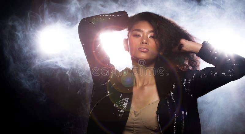 De la moda de la mujer asi?tica del humo luz oscura del borde detr?s imágenes de archivo libres de regalías