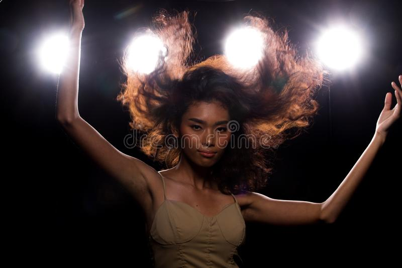 De la moda de la mujer asi?tica del humo luz oscura del borde detr?s imagen de archivo libre de regalías