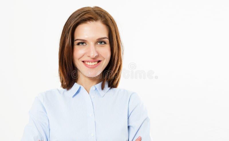 De la muchacha morena alegre linda hermosa joven que sonríe mirando la cámara sobre el fondo blanco Espacio feliz de la copia del imágenes de archivo libres de regalías