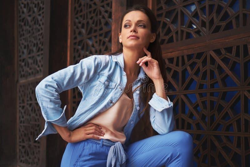 De la mujer retrato casual hermoso al aire libre fotografía de archivo libre de regalías