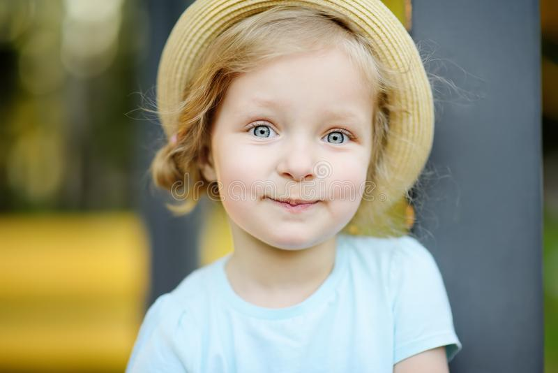 De la niña pequeña retrato lindo al aire libre en día de verano imagenes de archivo