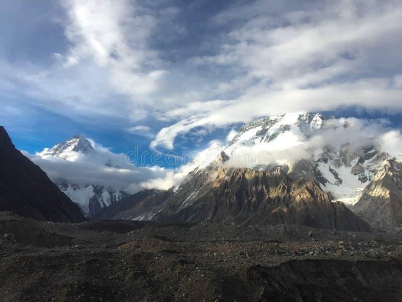 De la nube danza blanca circular alrededor del pico amplio y K2 del pico i fotos de archivo libres de regalías