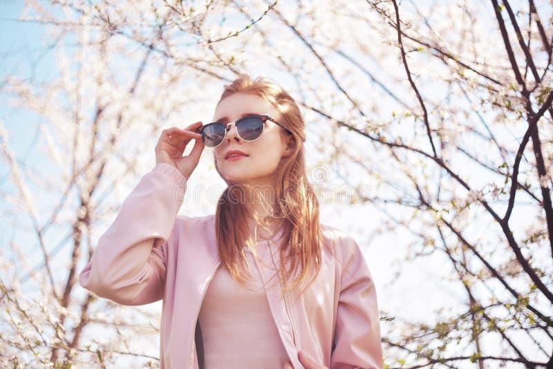 De la primavera de la moda de la muchacha retrato al aire libre en árboles florecientes Mujer romántica de la belleza en flores e imágenes de archivo libres de regalías