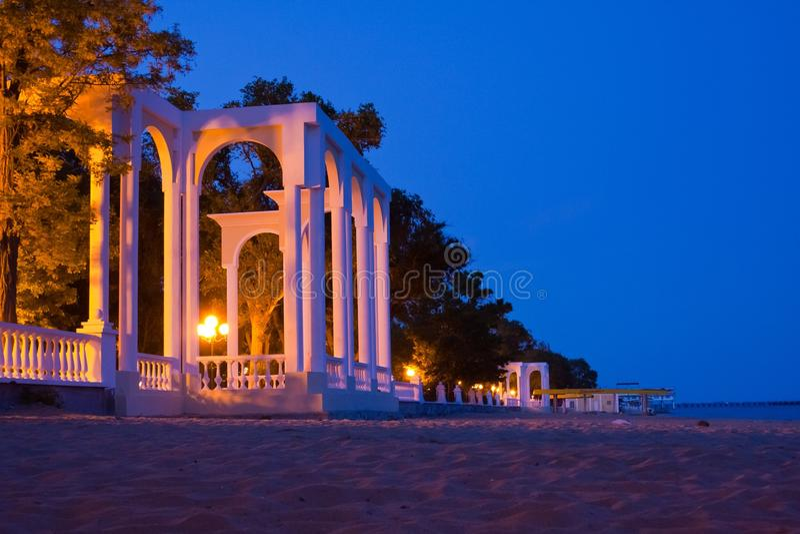 De la Rotonda blanco hermoso en orilla de mar en Evpatoria en la noche foto de archivo libre de regalías