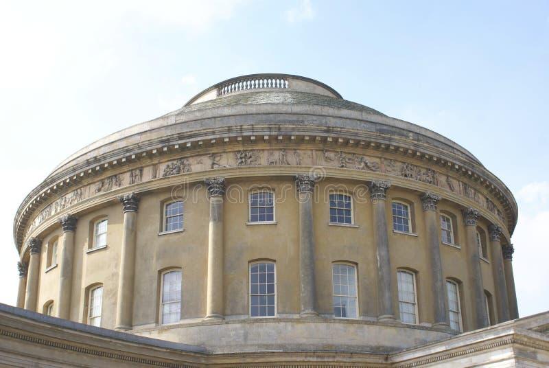 De la Rotonda con las columnas, el friso, la cornisa, y las ventanas fotografía de archivo